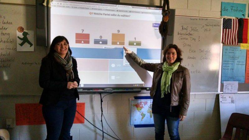 Kerstin Celina und Ekin Deligöz in einer amerikanischen Studierendenklasse.