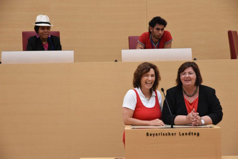 Kerstin Celina und Christine Kamm am Redepult des Landtags. Foto mit freundlicher Genehmigung von Cynthia Matuszewski.