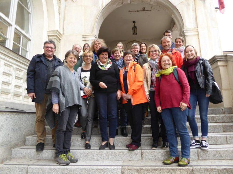 Gruppenbild der teilnehmenden Bezirksrät*innen vor der Goethe-Schule.