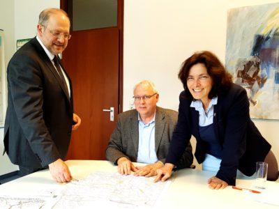 Auf dem Foto von links nach rechts: Dr. Michael Fuchs, Bereichsleiter für Straßenbau; Gerhard Kraft, Referent von MdL Celina;  Kerstin Celina, MdL