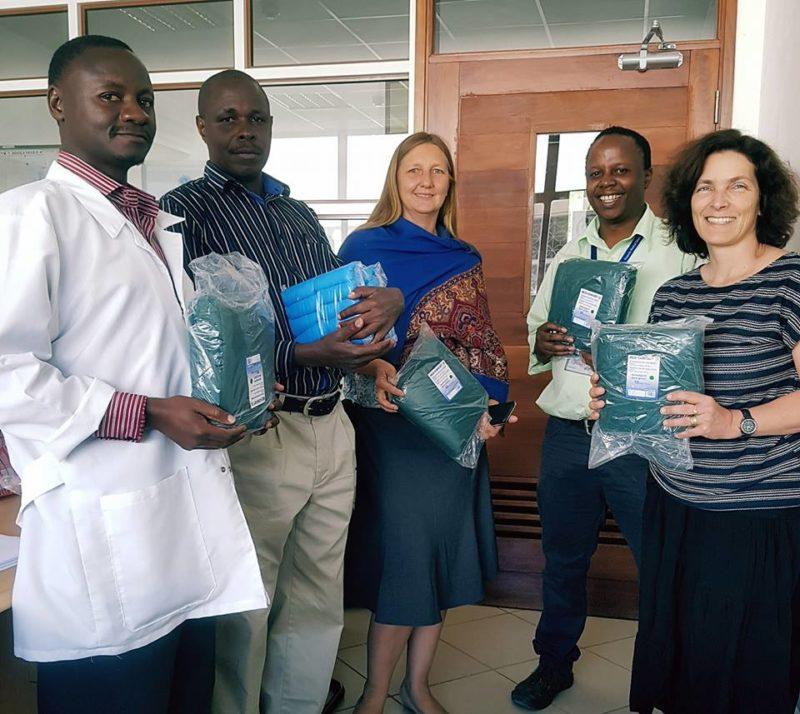 Kerstin Celina mit Dr. Christa Kasang und Ärzten und Forschern im Bugando-Hospital in Mwanza.