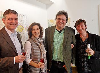Peter Kornell, Kerstin Celina, Gerhard Müller und Bärbel Imhof stoßen auf das neue Bürgerbüro an.