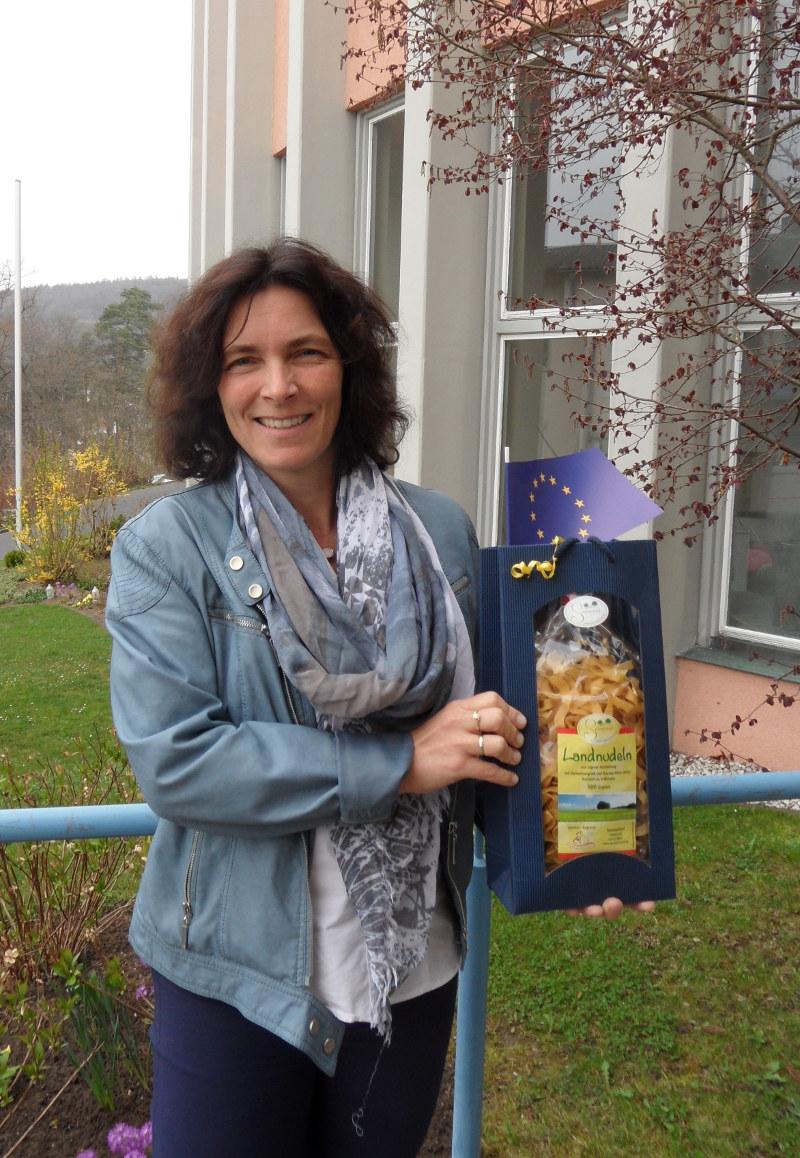 Kerstin Celina, MdL mit dem Gastgeschenk des Mädchenbildungswerks Gemünden