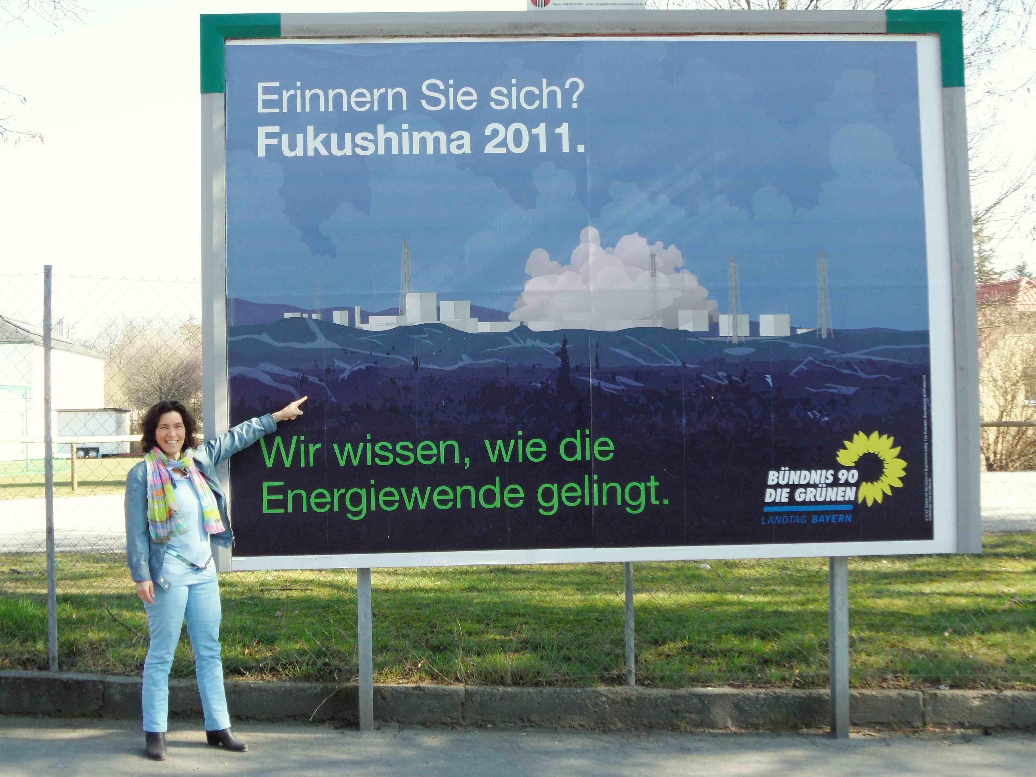 Damit Fukushima nicht in Vergessenheit gerät! Kerstin Celina vor dem Plakat in Kitzingen