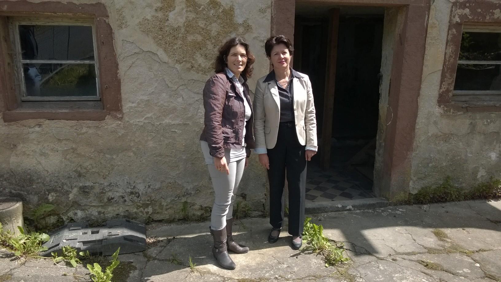 Kerstin Celina, MdL und Barbara Lochbihler, MdEP vor der ehemaligen Synagoge