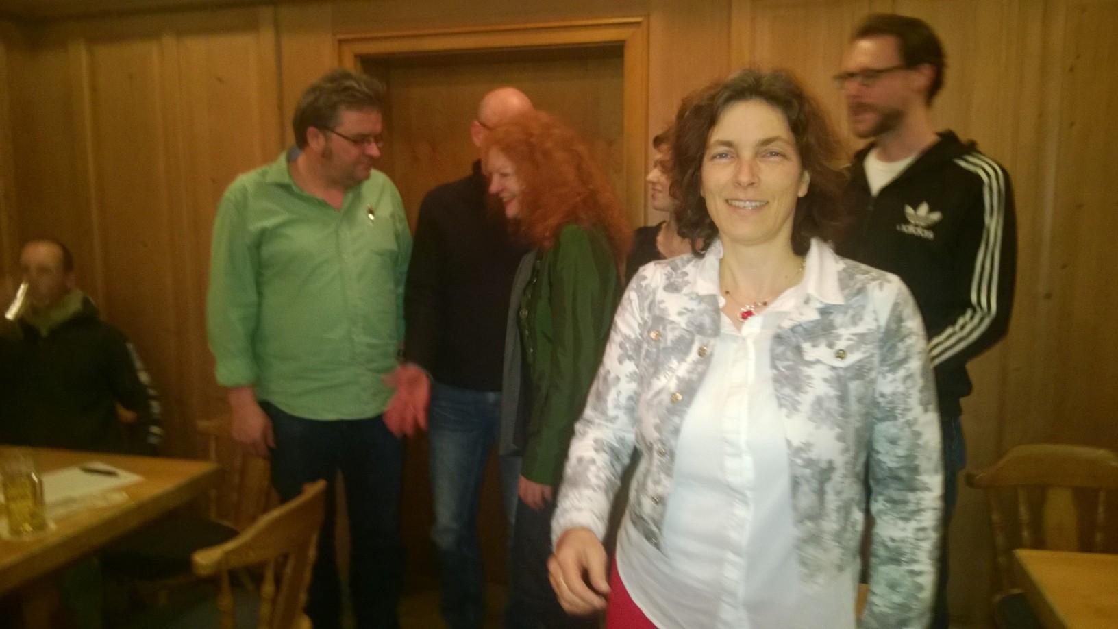 Kerstin Celina beim Schafkopfabend zusammen mit der Fraktionsvorsitzenden Margarete Bause, Gerhard Müller, Kreisräten und Gemeinderäten.