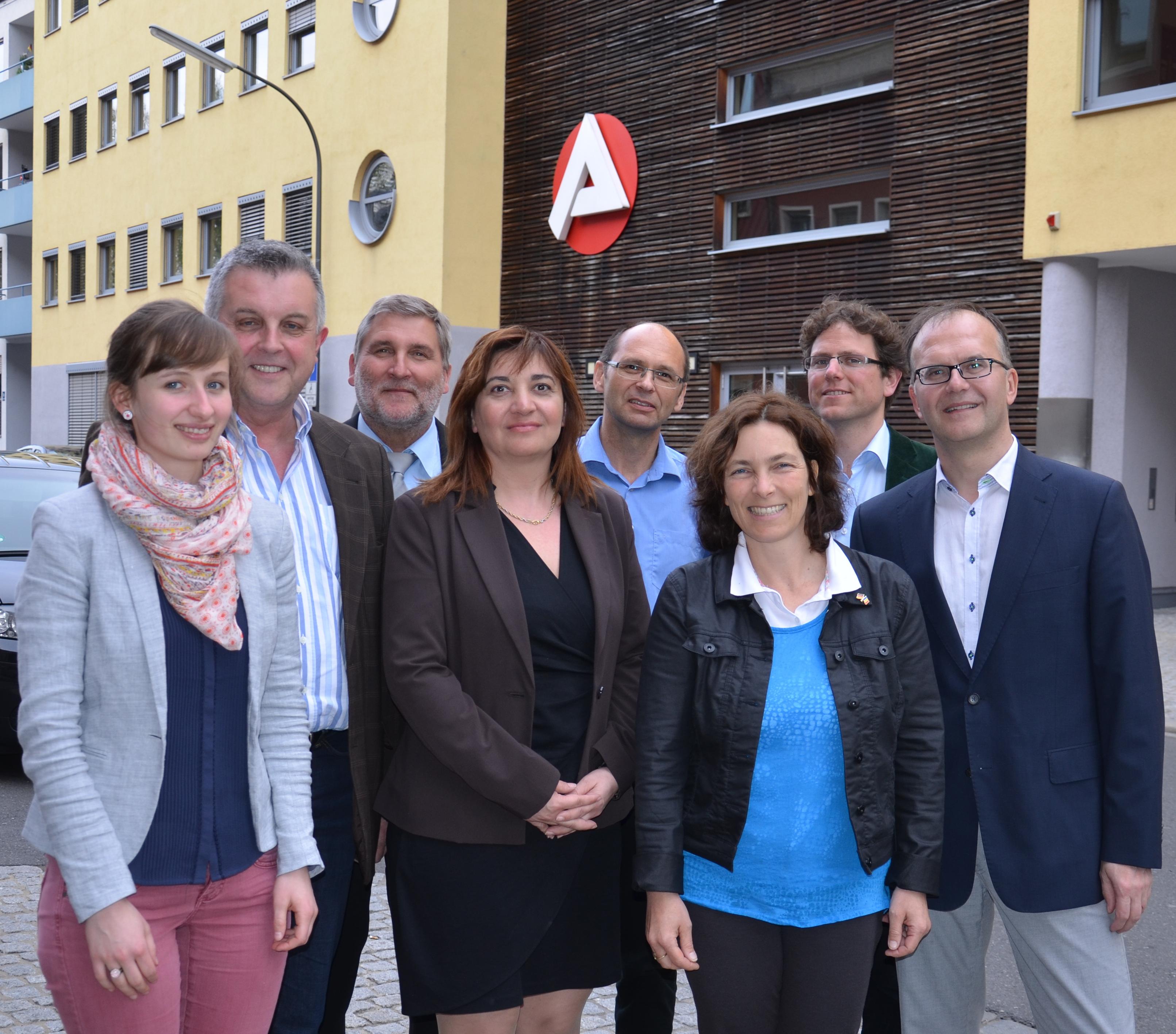 Kerstin Celina mit Ekin Deligöz, Eugen Hain und Richard Paul, Klaus Seebach, Rainer Radler und einigen Grünen während des Besuchs bei der Agentur für Arbeit.