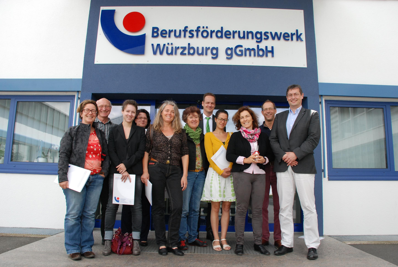 Gruppenfoto vor dem Berufsförderungswerk in Würzburg.