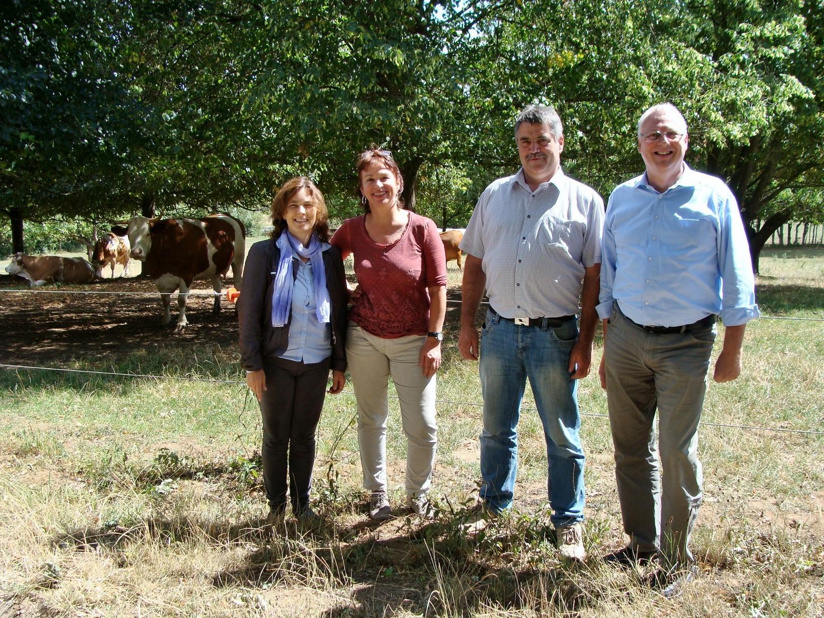 Auf dem Foto von links nach rechts: Kerstin Celina, MdL; Gisela Sengl, MdL; Johannes Keidel Biobauer; Gerhard Kraft, Mitarbeiter von Kerstin Celina