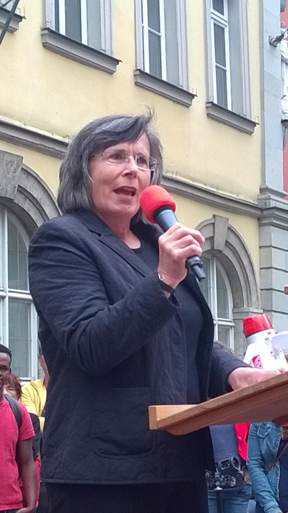 Eva Peteler bei ihrer Rede während der Demonstration.