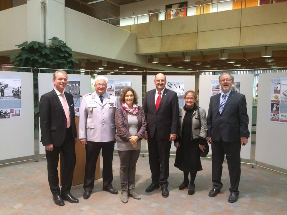 Bei der Ausstellungseröffnung zusammen mit u.a. Bernd Rützel, Marion Schäfer-Blake und Walter Kolbow.