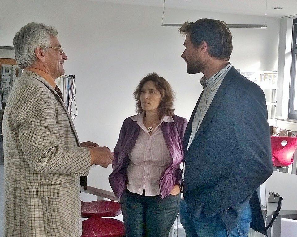 Herr Haßfurter, der Schulleiter der Jakob-Prei-Berufsschule, mit Kerstin Celina und Martin Stümpfig, beide MdL.