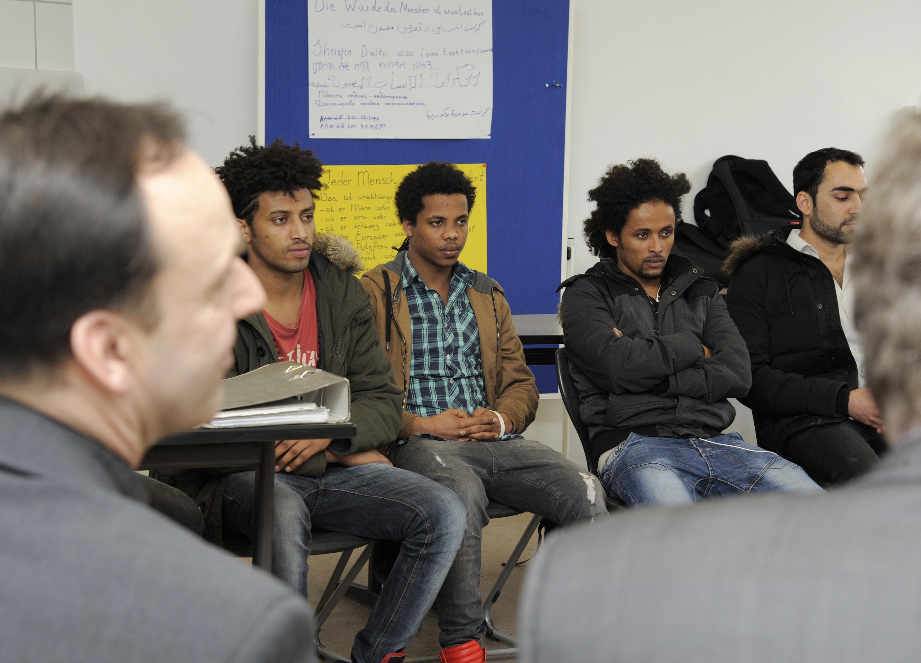 Gespräch mit den jugendlichen Asylsuchenden.