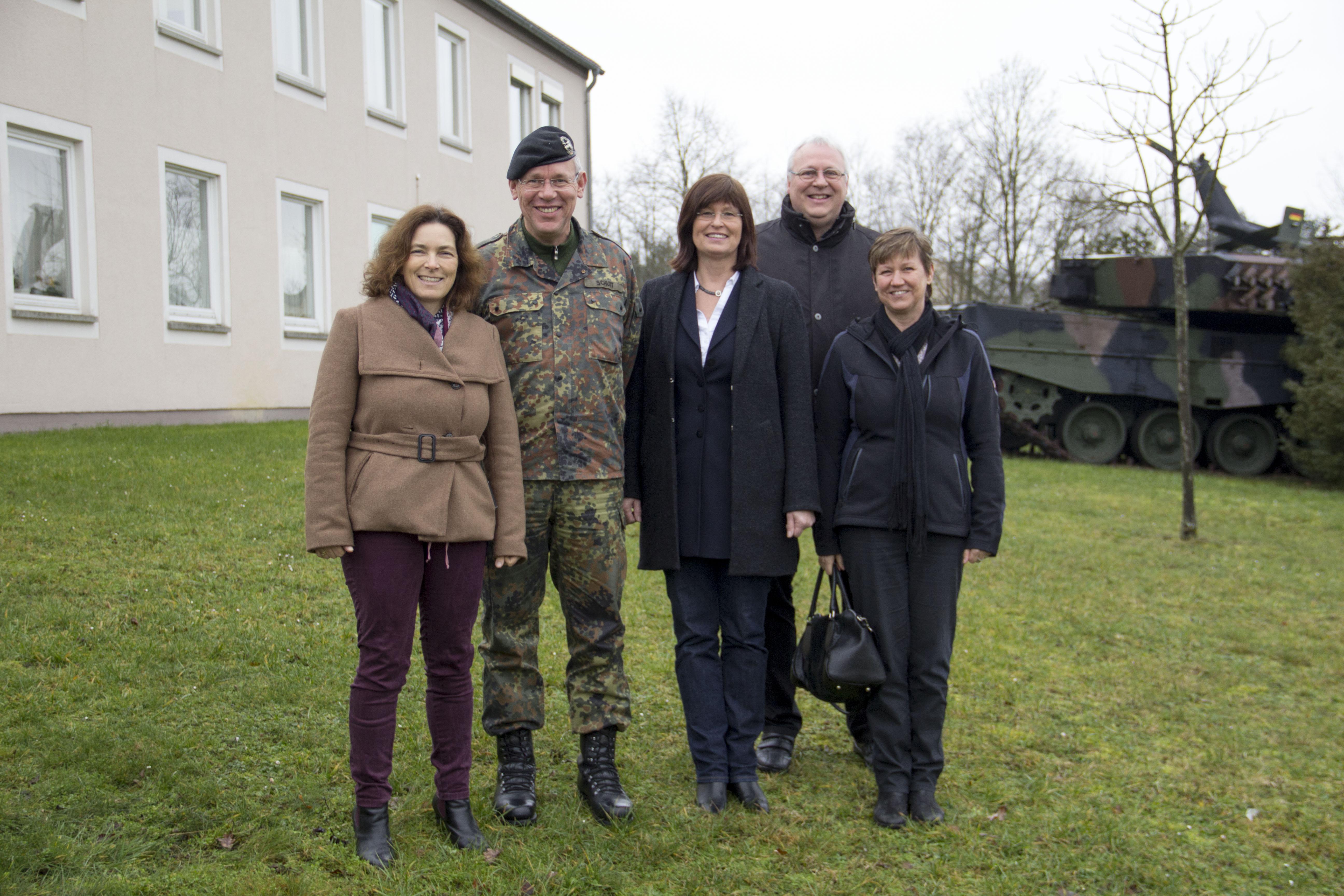 Gruppenfoto, v.l.n.r.: Kerstin Celina; Divisionskommandeur Generalmajor Bernd Schütt; Stellvertretende Landrätin Karen Heußner; Gerhard Kraft, Mitarbeiter MdL Celina; Bezirksrätin Bärbel Imhof.