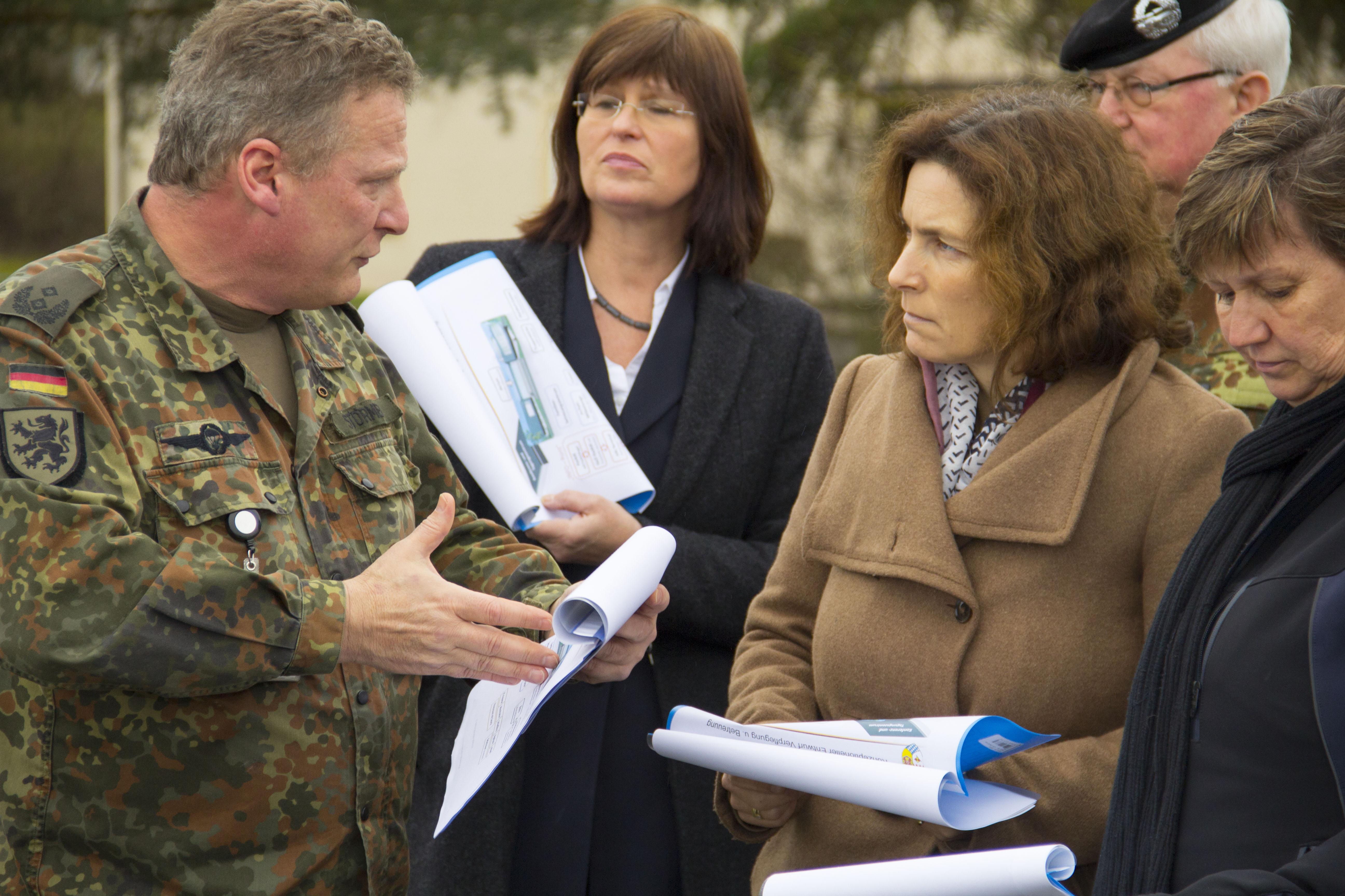 MdL Kerstin Celina im Gespräch mit Divisionskommandeur Generalmajor Bernd Schütt, stellvertretenden Landrätin Karen Heußner und Bezirksrätin Bärbel Imhof.