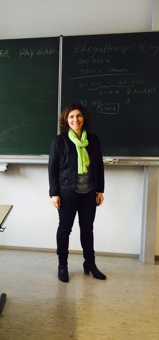 Kerstin Celina im Klassenzimmer an der FOS.