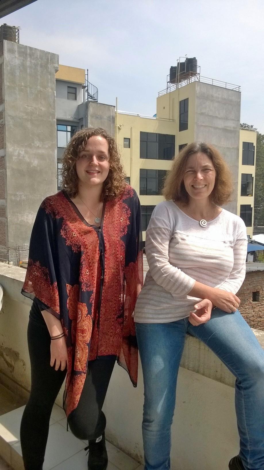 Kerstin Celina mit Praktikantin Chiara Kaiser in Nepal.