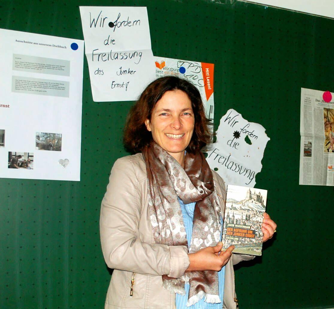 Kerstin Celina mit dem diesjährigen Aktionsbuch