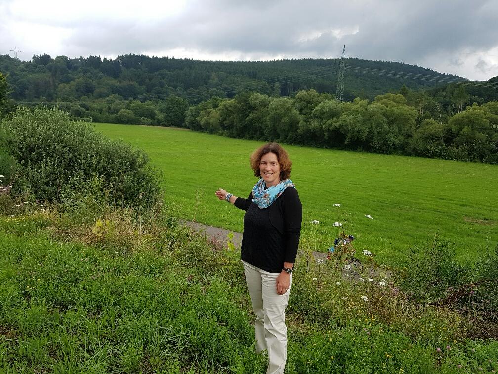 Kerstin Celina bei der Ortsbesichtigung für geplanten Radweg in Rieneck
