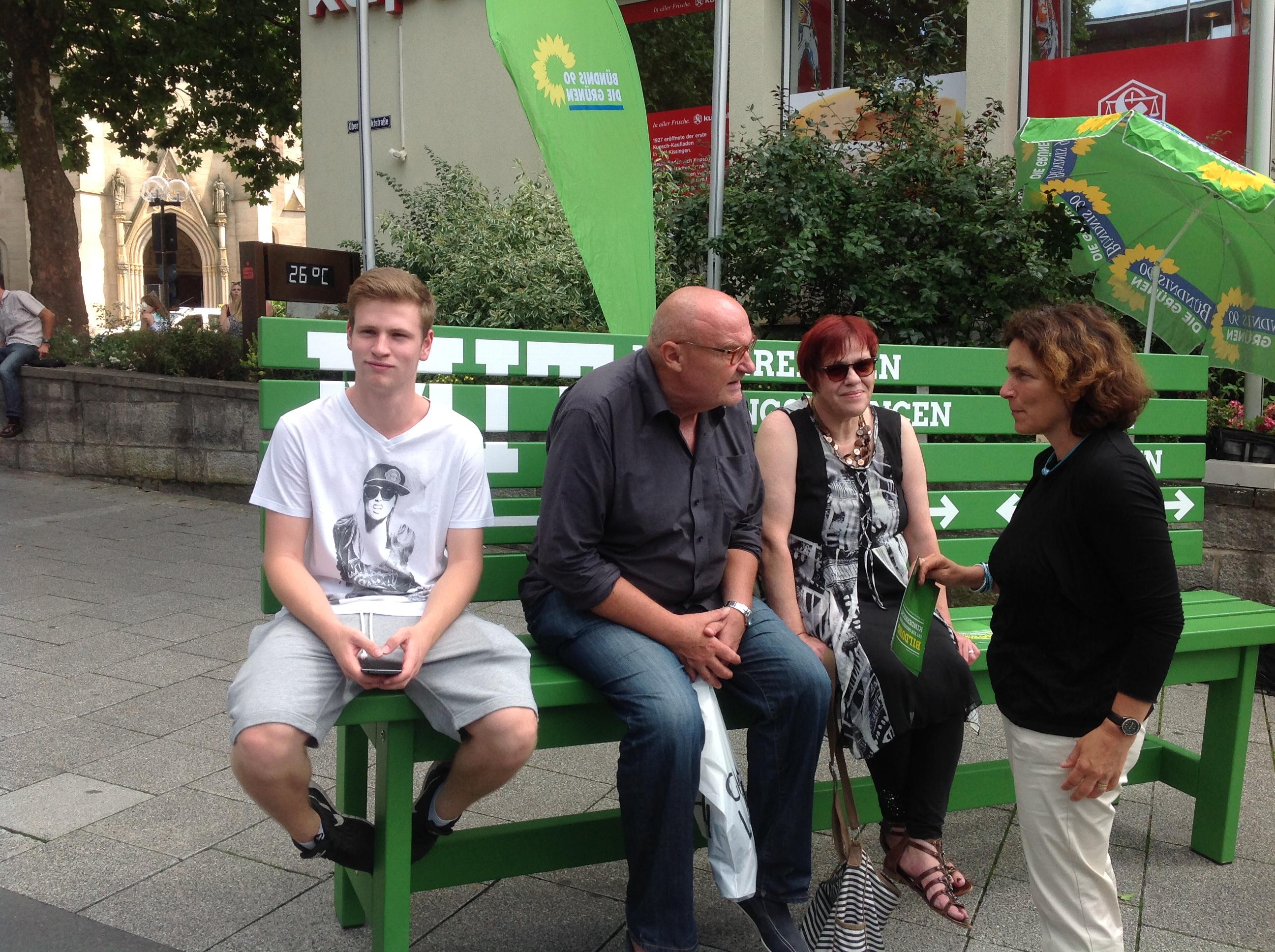 Landtagsabgeordnete Kerstin Celina (stehend) spricht mit Bürgern über die Bildungspolitik in Bayern
