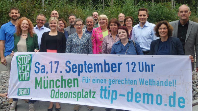 Gruppenfoto der Landtagsfraktion mit Frontbanner gegen TTIP.