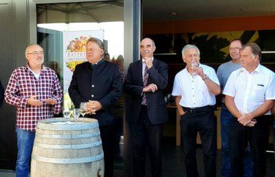Gruppenfoto mit Staatsminister Brunner und Artur Steinmann, Präsident des fränkischen Weinbauverbands