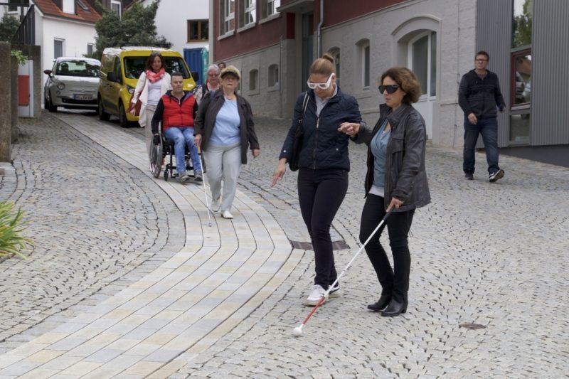 Kerstin Celina beim Rundgang zur Barrierefreiheit in Kürnach