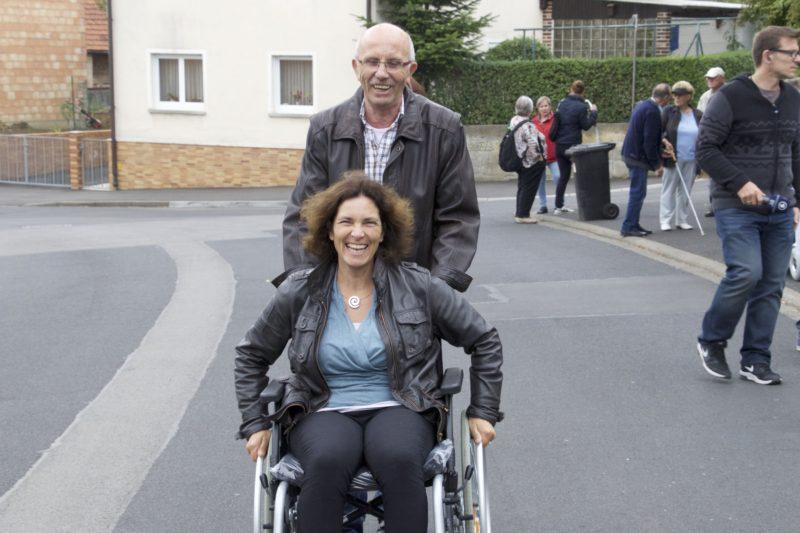 Perspektivenwechsel: Kerstin Celina im Rollstuhl während des Rundgangs zur Barrierefreiheit