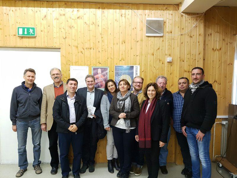Gruppenfoto zum Besuch bei der Alevitischen Gemeinde.