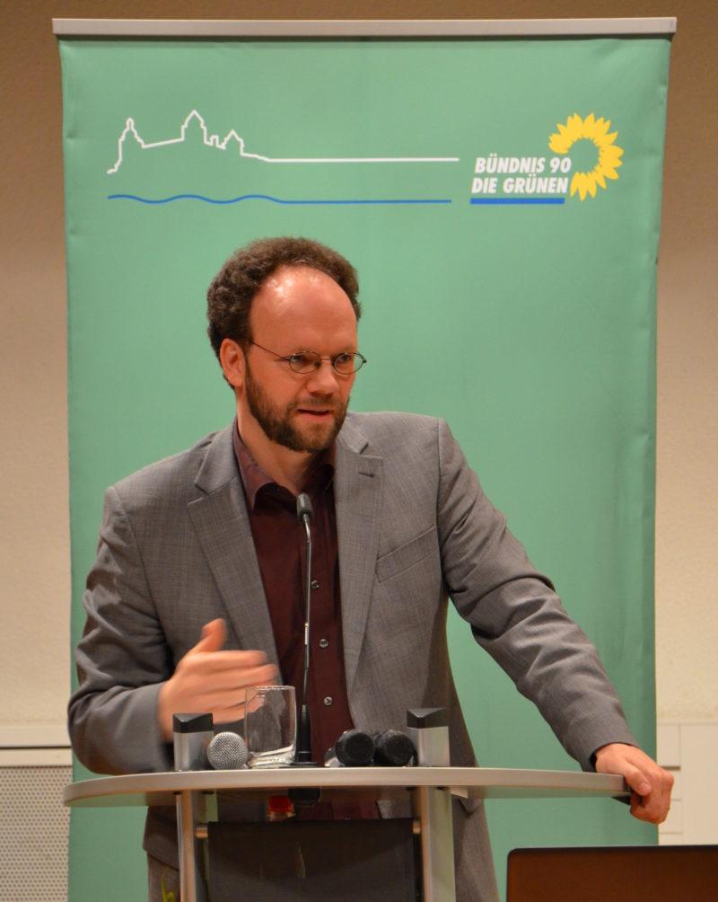 Stadtrat Patrick Friedl stellt Würzburger Radwegekonzept vor.