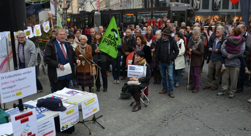 Teilnehmer*innen der Kundgebung gegen die B26n