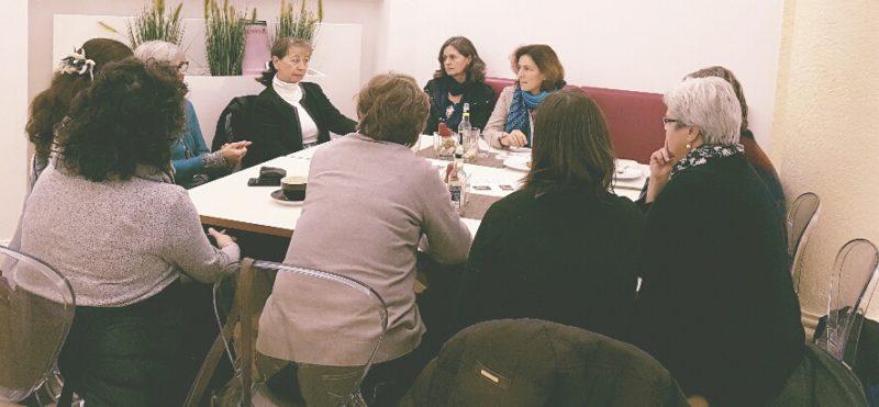 Kerstin Celina mit interessierten Teilnehmerinnen in Werneck.