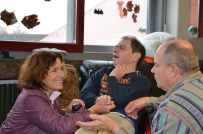 Kerstin Celina mit Bewohnern des St. Josefs-Stift Eisingen.
