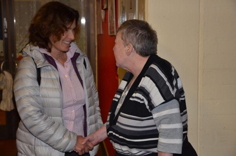 Kerstin Celina im Gespräch mit einer Bewohnerin des St. Josefs-Stift.
