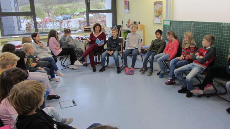Kerstin Celina beim Vorlesetag an der Grundschule Wombach.