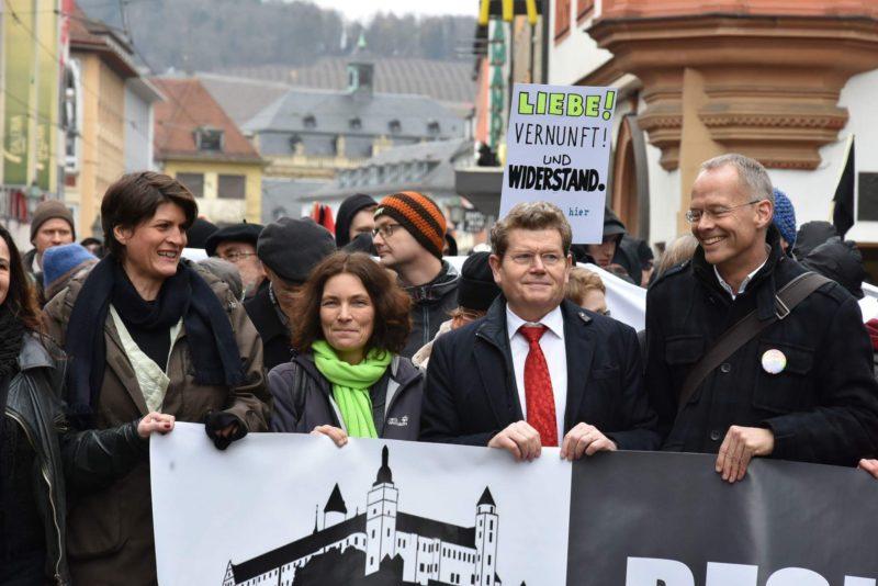 """Frontbanner der """"Würzburg lebt Respekt""""-Demonstration mit Claudia Stamm, Kerstin Celina, Georg Rosenthal und Burkhard Hose."""