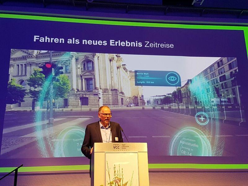 Prof. Erich Schöls während seines Vortrags über autonomes Fahren.