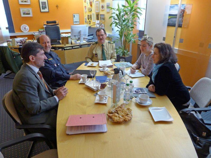 Kerstin Celina und Katharina Schulze zusammen mit dem leitenden Kriminaldirektor Matthias Weber, Polizeipräsidenten Gerhard Kallert und Polizeivizepräsidenten Adolf Blöchel.