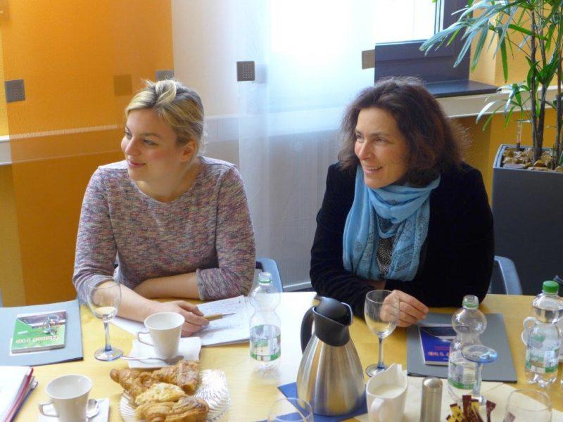Gute Stimmung beim Besuch des Polizeipräsidiums bei der Fraktionsvorsitzenden der GRÜNEN, MdL Katharina Schulze, und Mdl Kerstin Celina.