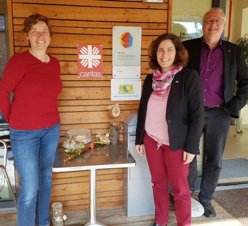 Kerstin Celina mit Stefanie Heßdörfer, Koordinatorin vom Mehrgenerationenhaus in Binsfeld, und Gerhard Kraft.