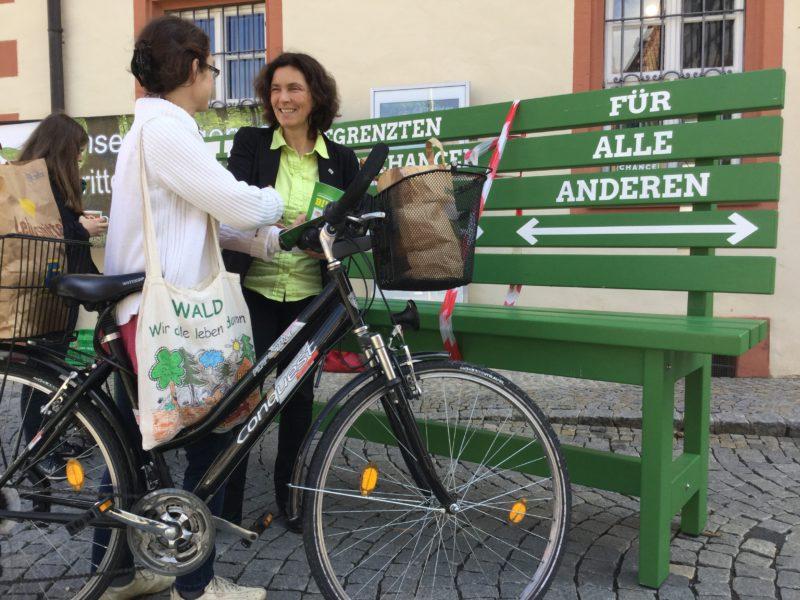 """Kerstin Celina mit einer Passantin während der """"Bildungsbank""""-Aktion in Gerolzhofen."""