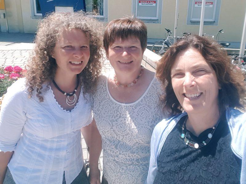 Kerstin Celina mit Yvonne Rösl und Gabi Bayer beim Besuch des Sozialpsychiatrischen Dienst Neumarkt.