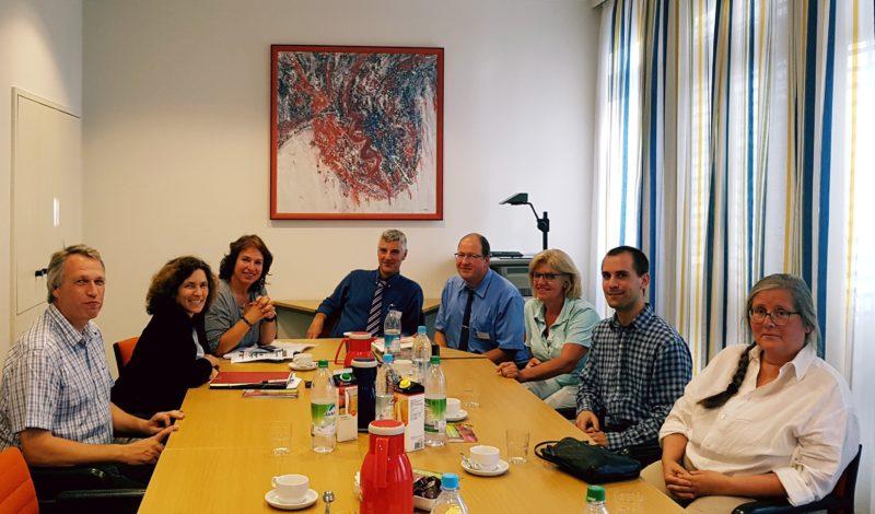 Kerstin Celina und Gisela Sengl während des Besuchs der Klinik in Bad Aibiling.