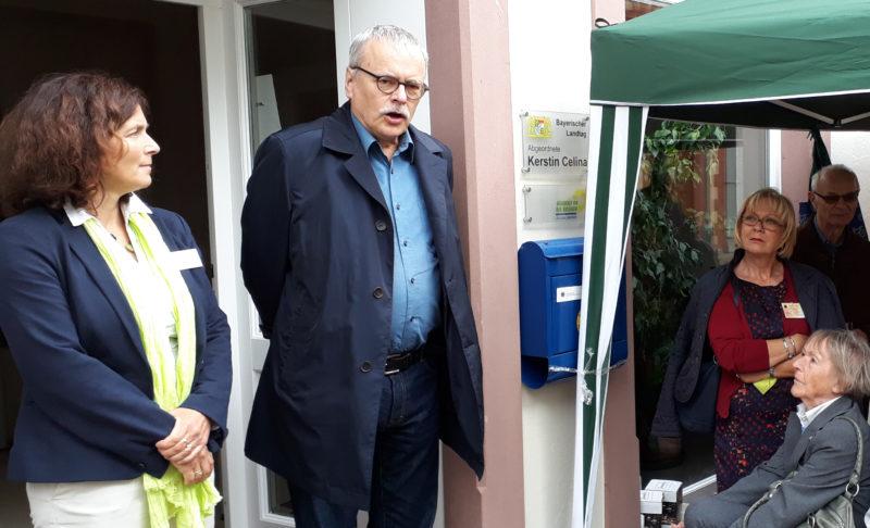 Landtagsabgeordnete Kerstin Celina (links) und Bundestagsabgeordneter Uwe Kekeritz (rechts) freuten sich über viele Gäste bei ihrem Bürofest in Karlstadt.