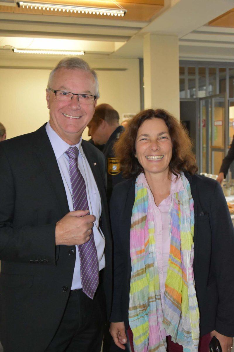 Kerstin Celina mit Reinhold Dietsch, Bezirksgeschäftsführer des Bayerischen Roten Kreuzes in Unterfranken.