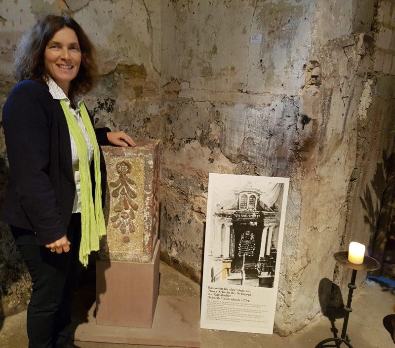Kerstin Celina mit dem Sockelstein der Synagoge Laudenbach.