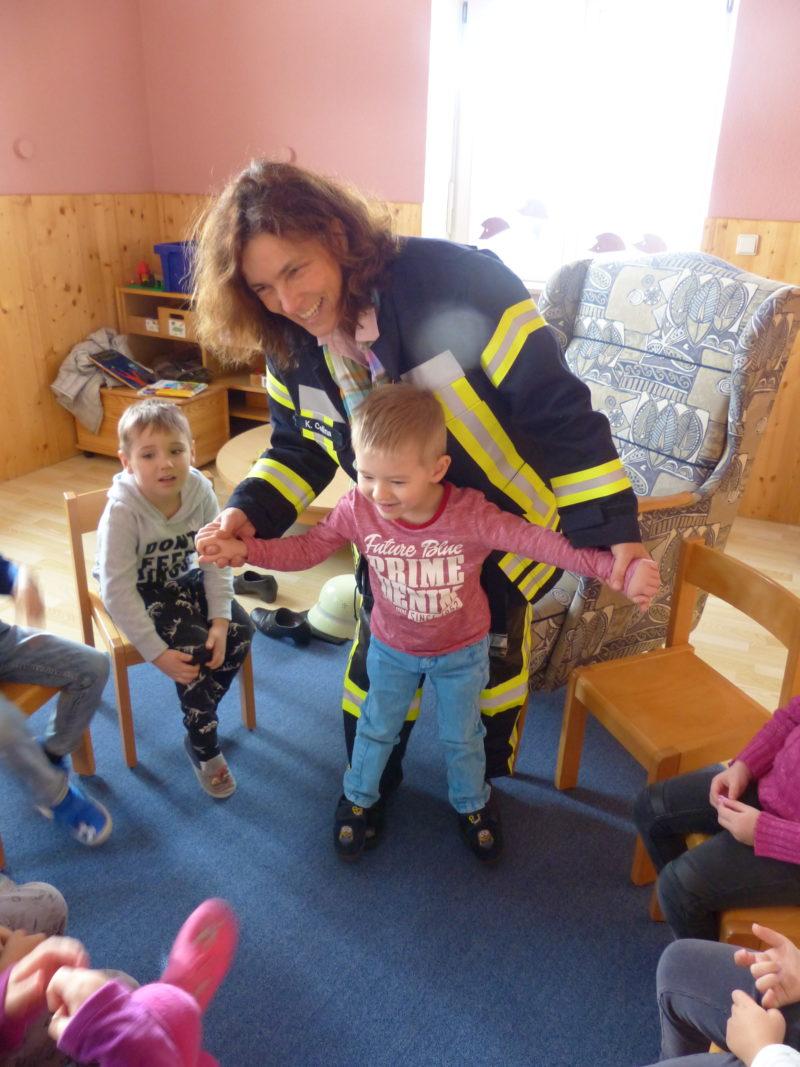Feuerwehrschuhe im Test: Sind die Spitzen tatsächlich so stabil, wie im Feuerwehrbuch beschrieben? Fotografin: Elke Wolz-Nagl.