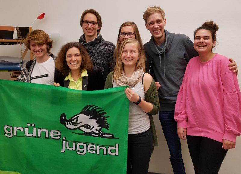 Kerstin Celina mit dem neugewählten Vorstand der Grünen Jugend Würzburg.