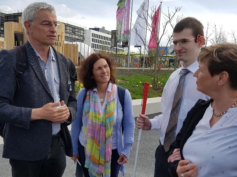 Kerstin Celina im Gespräch mit Herrn Platz vom Berufsförderungswerk Würzburg, Florian Schürbesmann und Bezirksrätin Bärbel Imhof.