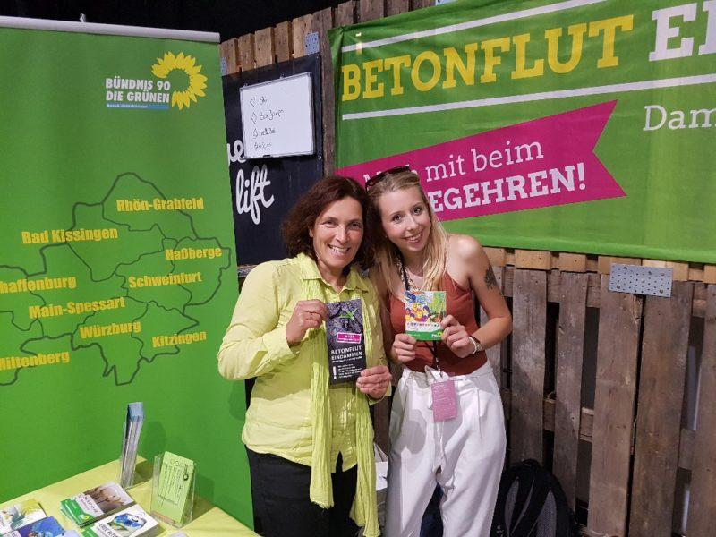 Gute Stimmung auf der Green Fair Messe: mit der Bezirkstagskandidatin Irina Hönig.